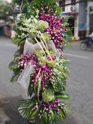 Kệ hoa chia buồn màu tím