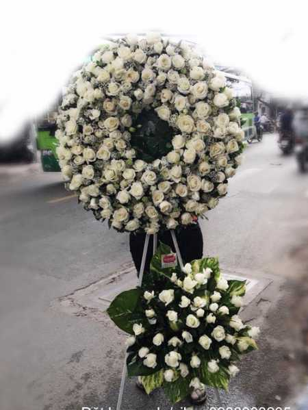 Vòng hoa chia buồn dùng Hoa hồng